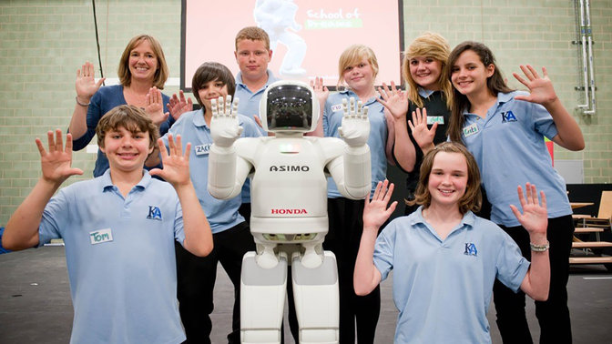 ASIMO og elever på Hondas School of Dreams.
